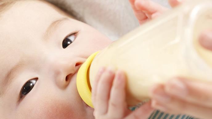 ママからミルクを貰いゴクゴク飲む赤ちゃん