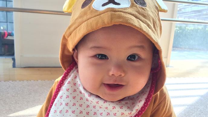 クマのキャラクターの着ぐるみが可愛い赤ちゃん