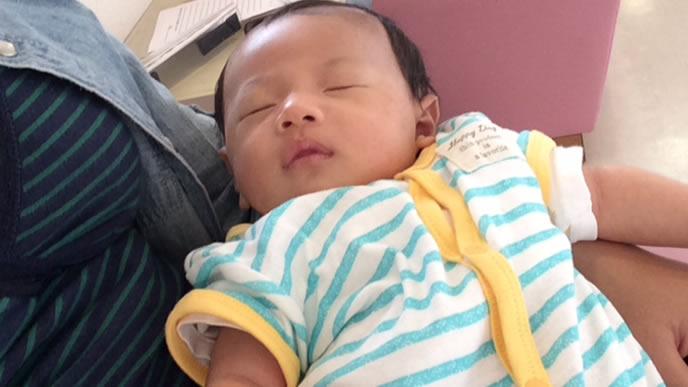 体温調整がしやすい前開きの服装の赤ちゃん