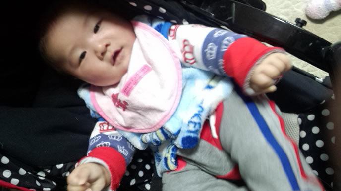 セパレートタイプでお世話しやすい服装の赤ちゃん
