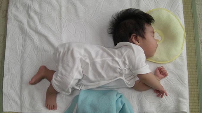横向きの姿勢で寝入る赤ちゃん