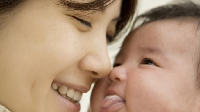 ママの笑顔に思わずペロっとする赤ちゃん