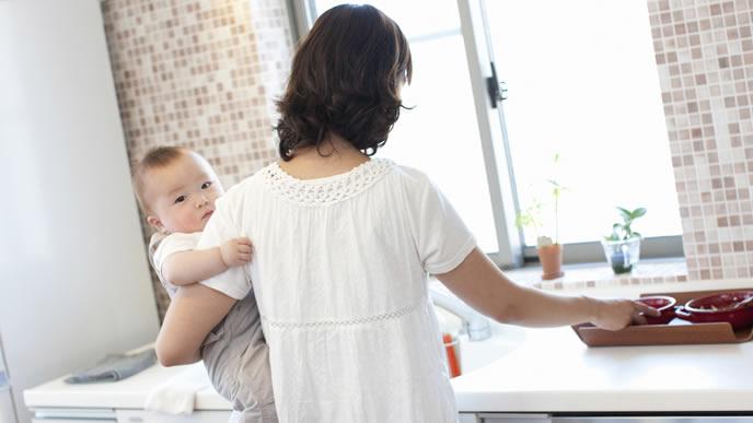 寝付けずにママに抱っこされる赤ちゃん