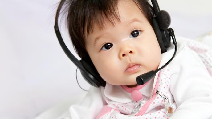 眠れずに音楽を聴く赤ちゃん