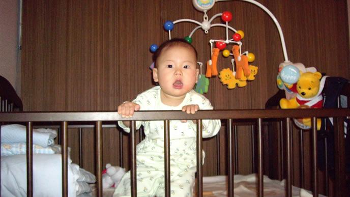 立ち上がりベッドの硬さを訴える赤ちゃん