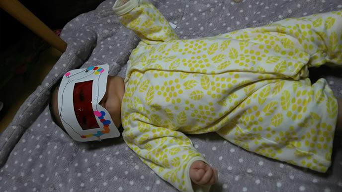 寝ているところをママにイタズラされる赤ちゃん