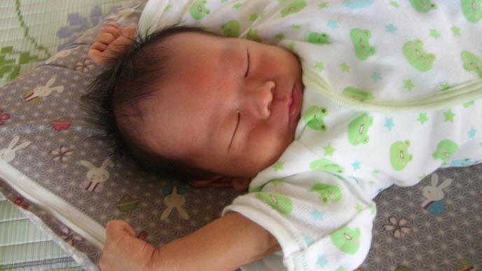 ばんざいで爆睡中の赤ちゃん