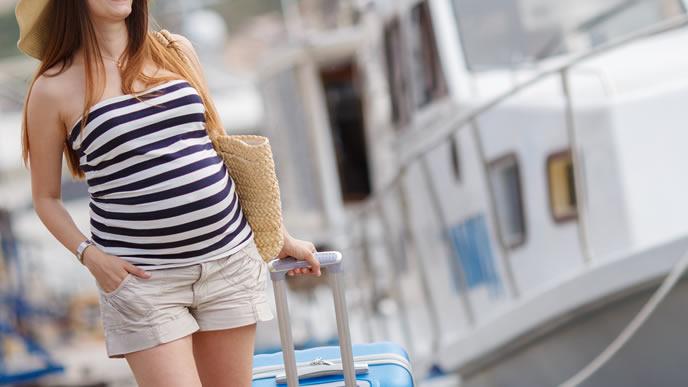 港町の実家に里帰りする妊婦