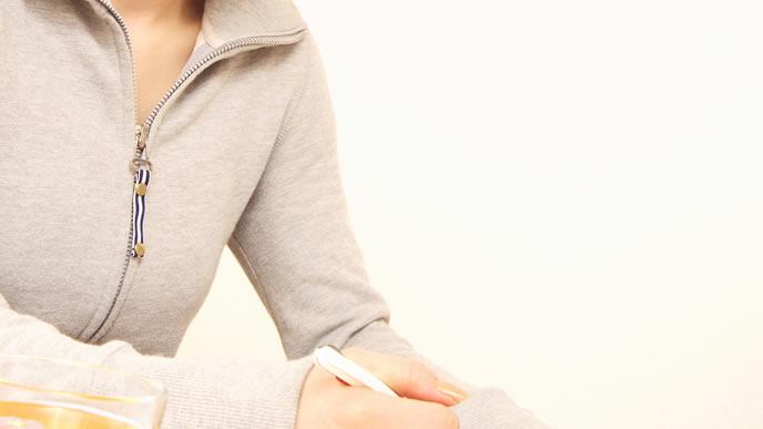 出産費用を計算中のベビ待ち女性