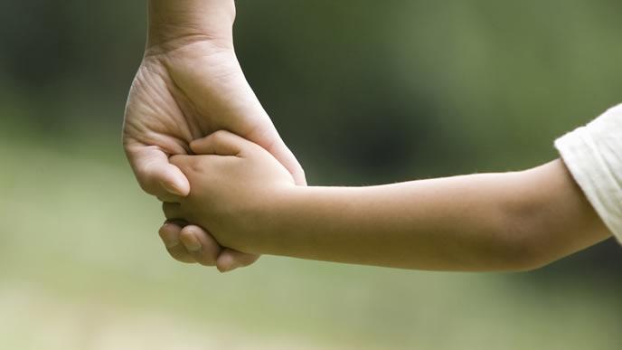 赤ちゃんの手を引くママの未来図