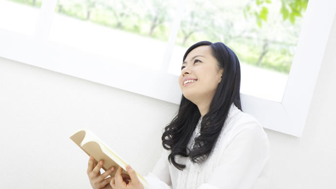 実際の出産までの道のりを考え笑顔になる妊婦