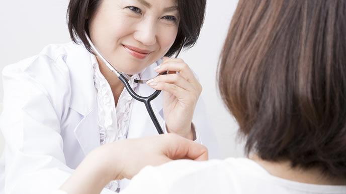 産婦人科の先生と立ち合い出産にするかどうか相談する妊婦