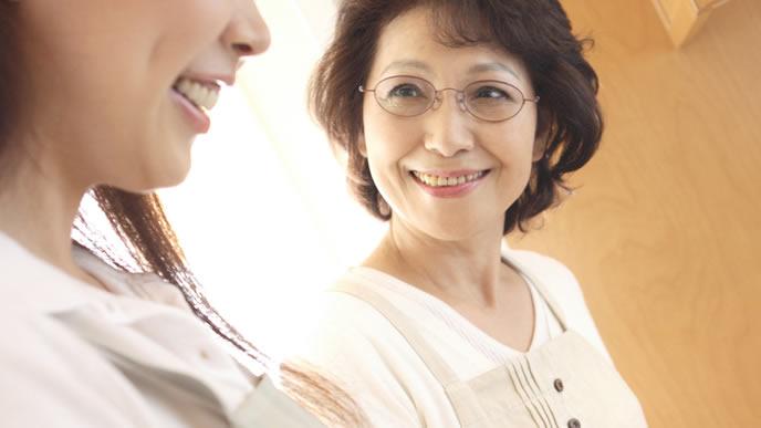 出産の不安を義母と話す妊婦