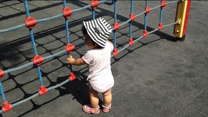 保育園の遊具で遊ぶ下痢中の赤ちゃん