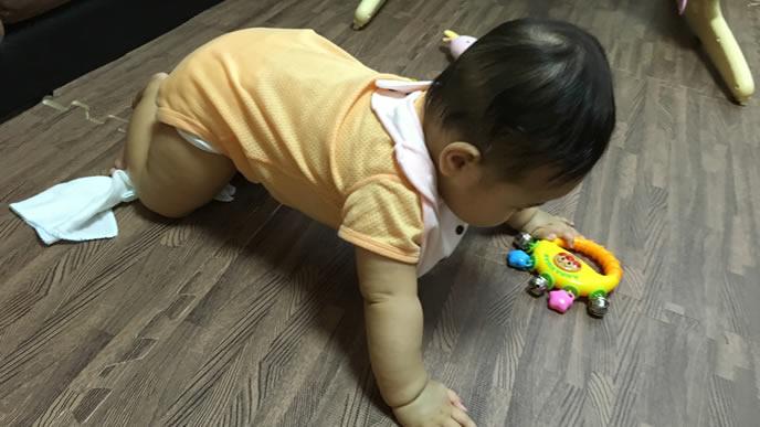 吐き気がしてママに助けを求める赤ちゃん