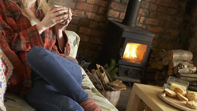 温かい飲み物でリラックスする妊婦