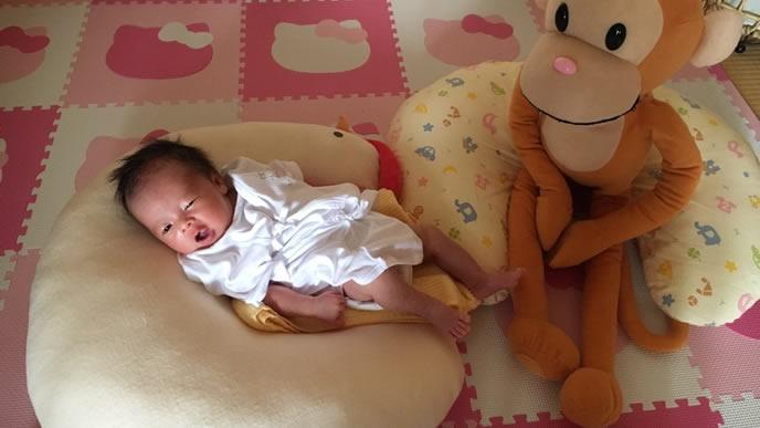 表情で便秘をママに訴える赤ちゃん