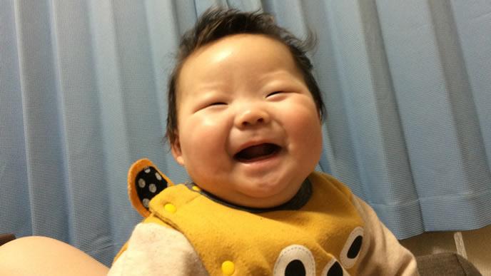 寝癖が可愛い笑顔の赤ちゃん