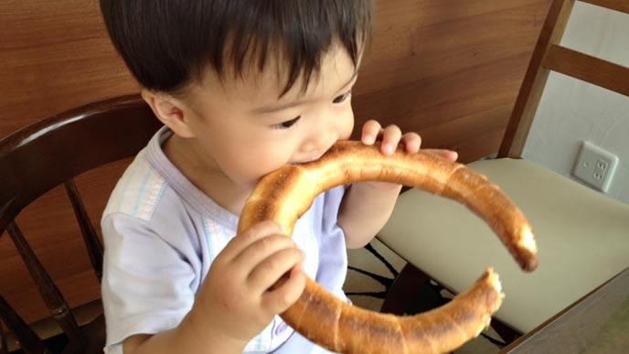 ひたすらパンを食べる赤ちゃん