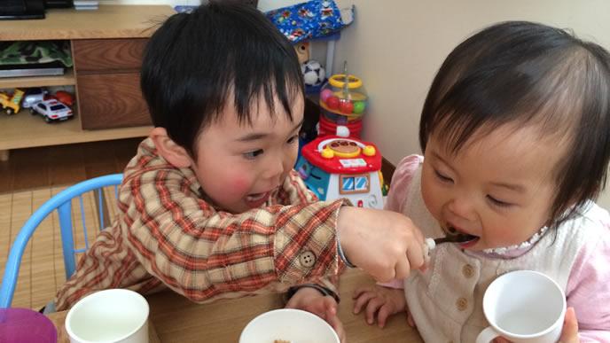 離乳食をあげる妹大好きなお兄ちゃん
