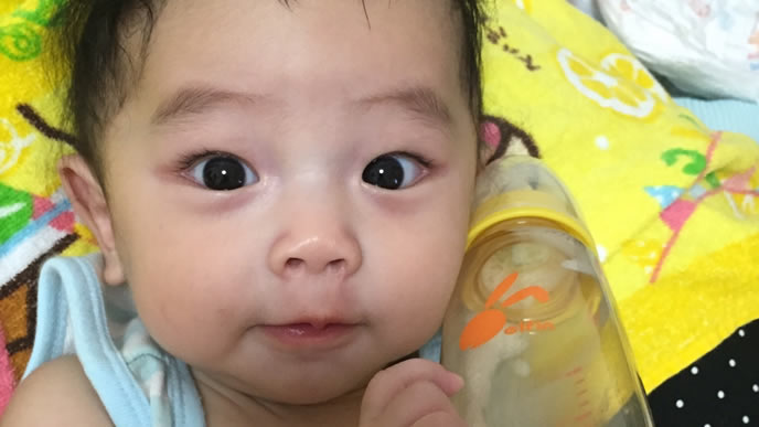 イクメンパパからミルクをもらう赤ちゃん