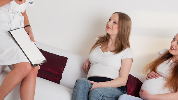 胎教に興味があり先生に詳細を聞く妊婦