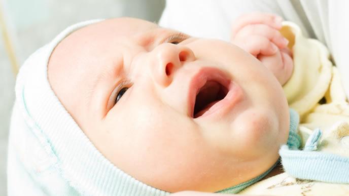 耳が痛くてママに訴えかける赤ちゃん