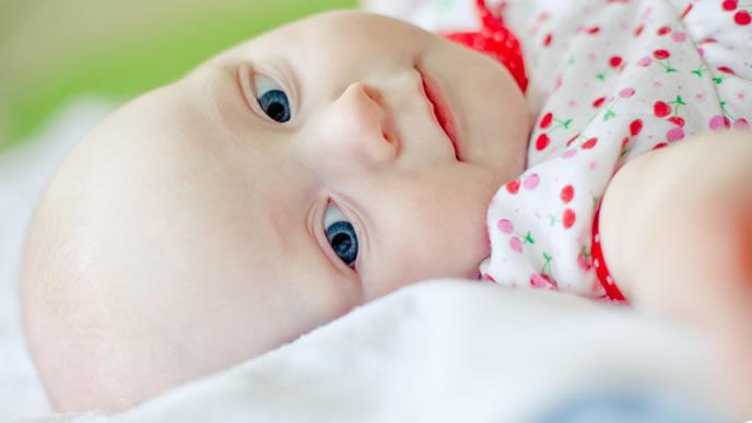片側の耳から耳だれが起きている赤ちゃん