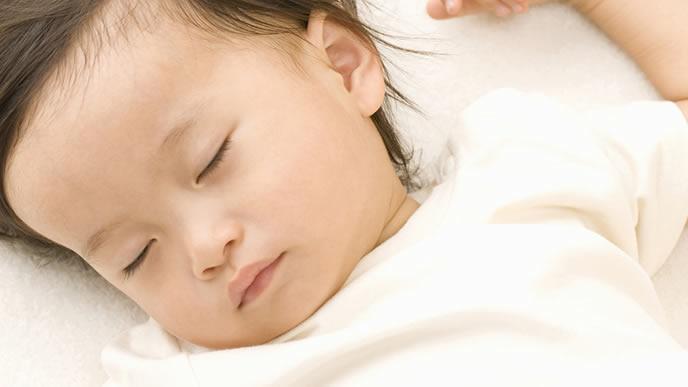 病院で診察を受けた疲れで眠る赤ちゃん
