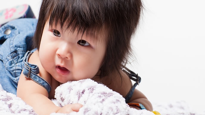 気になるおもちゃを見つけてハイハイで近寄る赤ちゃん