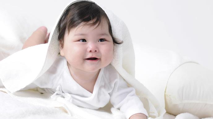 大好きなママにハイハイを見せる赤ちゃん