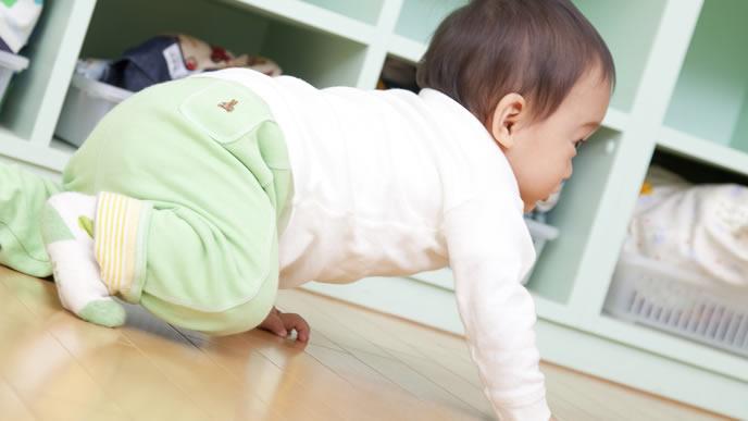 部屋でハイハイの練習をする赤ちゃん