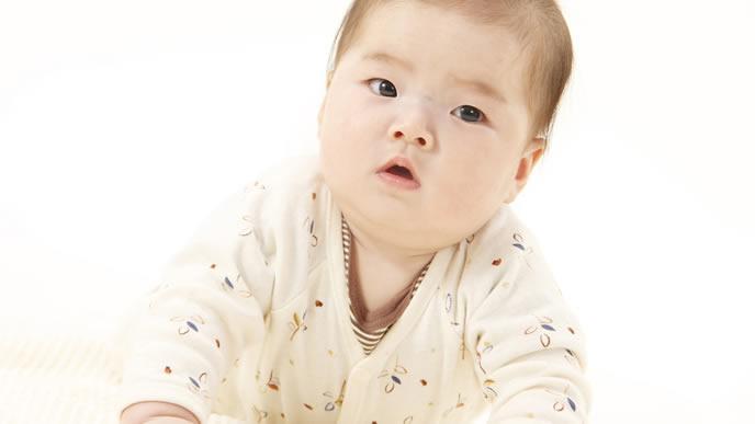 ぷにぷにの色白赤ちゃん