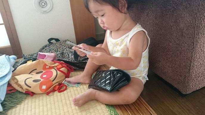 ハイハイよりもママのバッグが気になる赤ちゃん