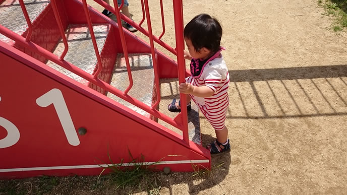 保育園のすべり台で遊ぶ男の子