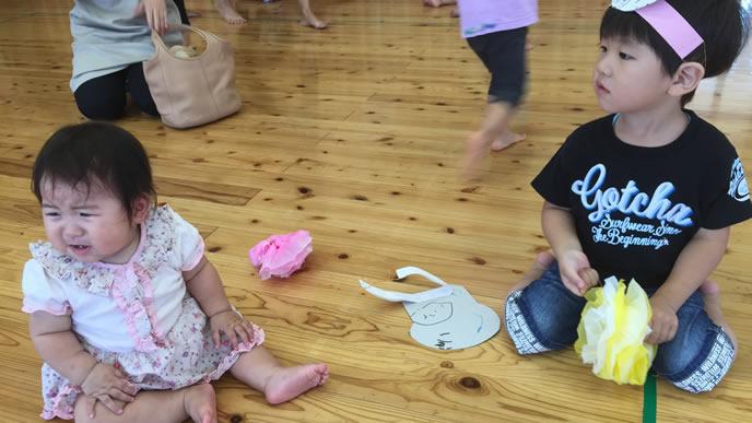 保育園のお遊戯大会に参加する兄と妹