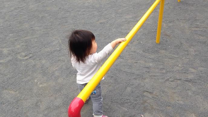保育園の鉄棒が大好きな女の子