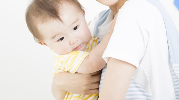 とびひ予防のために爪を短く切られた赤ちゃん