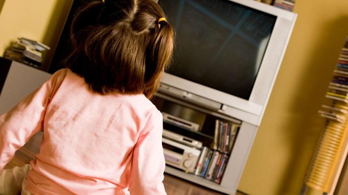 ブラウン管のテレビを見つめる赤ちゃん