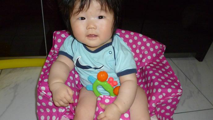 イスにすわりテレビを凝視する赤ちゃん
