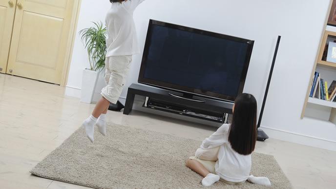 大型テレビに喜ぶ男の子と女の子