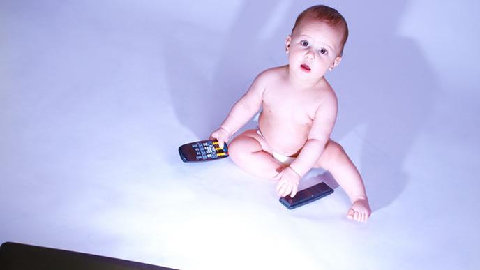 夜も寝ずにテレビを見る赤ちゃん