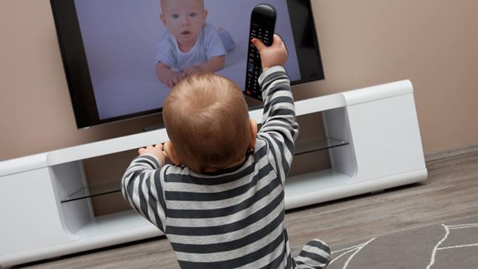 テレビに映る映像に大興奮の赤ちゃん