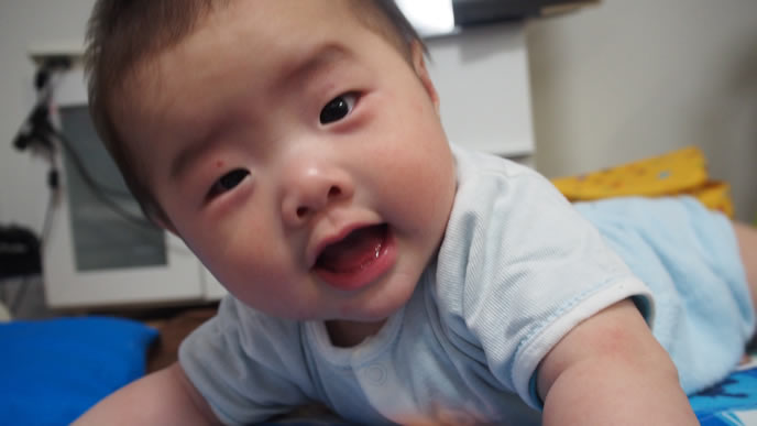 チラっとママの顔を見る赤ちゃん