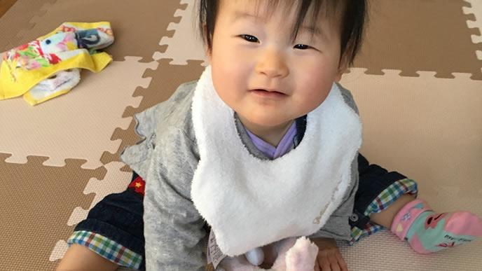 面白いテレビに大満足の赤ちゃん