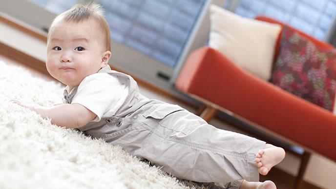 立ち上がるのに失敗して回りの目を気にする赤ちゃん