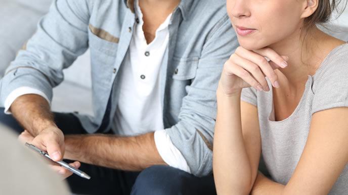 出産についての本音を話し合う夫婦