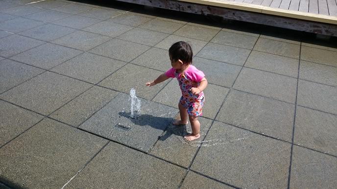 初めての噴水に大興奮の赤ちゃん