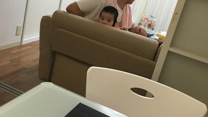 ママを見つめる歯の生え始めた赤ちゃん