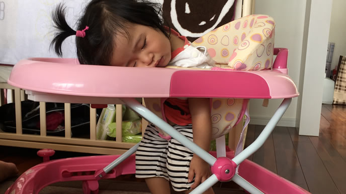 歩行器遊びの最中に寝落ちする女の子